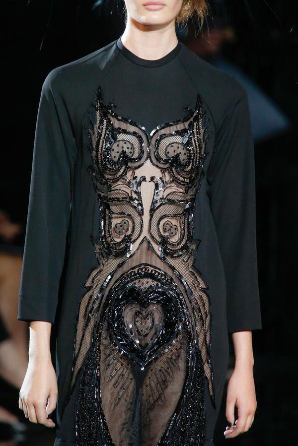 每名模特头上都戴着由 stephen jones 设计的夸张的鸵鸟羽毛头饰.图片